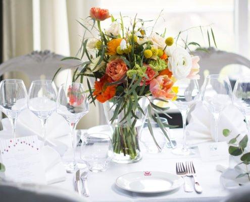 Blombukett på dukat bord