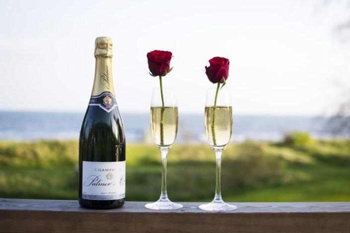 Champagneflaska och två glas