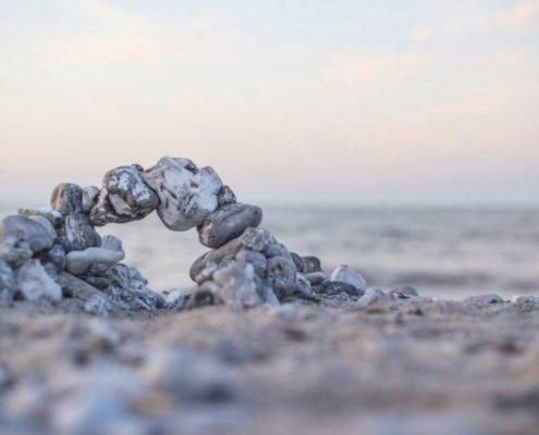 Stenskulptur på stranden
