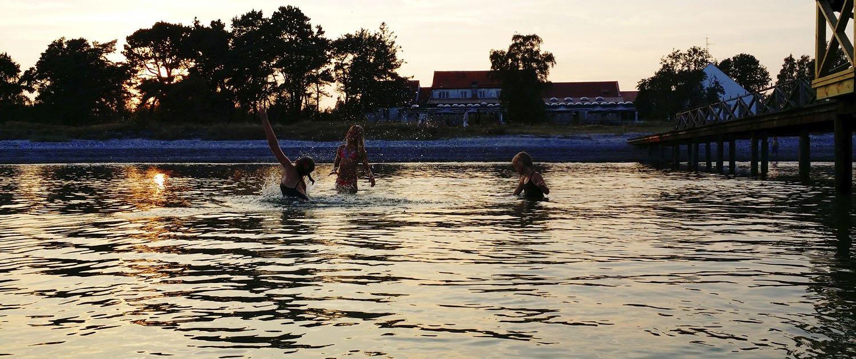 Ungdomar badar i havet