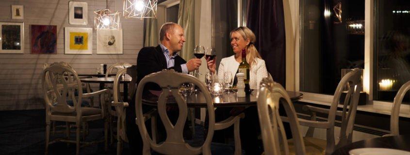 Par som skålar med glasen