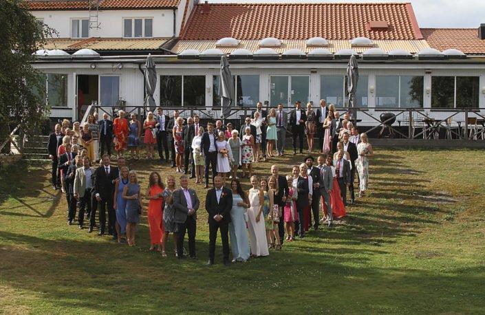 Bröllopsgäster formar ett hjärta