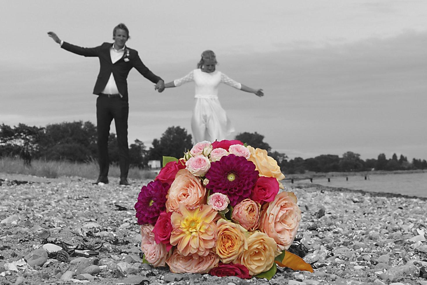 Bröllopspar på stranden