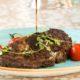A la carte meny på Smygehushavsbad 2018En vackert upplagd köttbit från Smygehus havsbad
