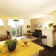 Strandhus vardagsrum och kök